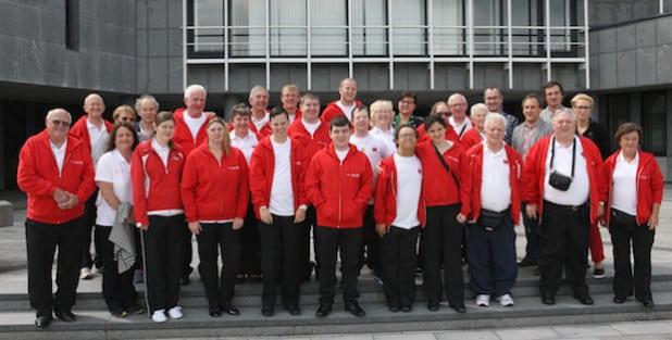 Zu einem Gruppenbild vor dem Kreishaus versammelten sich die Behinderten-Sportler und ihre Bertreuer aus Wrexham (Foto: Hendrik Klein/Märkischer Kreis).