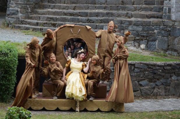 Schneewittchen: Die böse Königin möchte sich vom Zauberspiegel umschmeicheln lassen. Quelle: Freilichtbühne Hallenberg e.V.