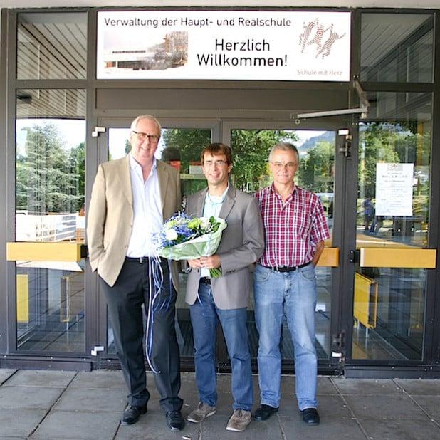 Bürgermeister Ralf Péus (li.) und der stellvertretende Schulleiter Rolf Gräbener (re.), der bereits seit 27 Jahren an der Schule tätig ist, mit dem neuen Schulleiter Andreas Funke (Foto: Gemeinde Bestwig).