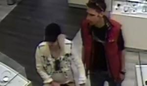 Schmuck aus Vitrine gestohlen – Polizei sucht diebische Eltern
