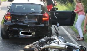 Kradfahrer landet verletzt auf Autodach