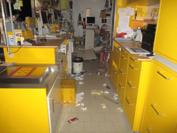 Die Einbrecher suchten nach Wertsachen und entwendeten vor allem Zigaretten (Foto: Kreispolizeibehörde Soest).