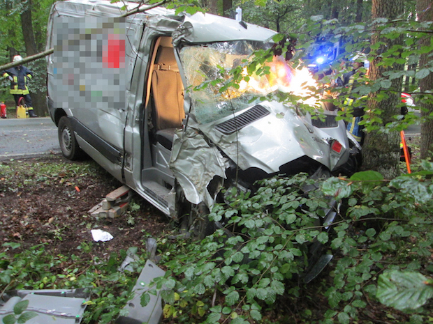 Photo of Ense-Lüttringen: Frontal gegen den Baum geprallt