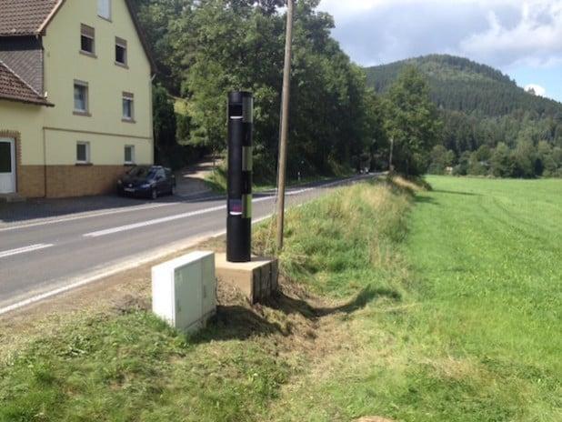 Die neue stationäre Geschwindigkeitsmessanlage an der B 517 in Kirchhundem-Eichacker (Foto: Kreis Olpe).