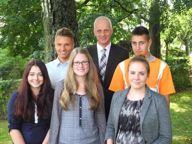 Neue und ehemalige Auszubildende mit Bürgermeister Christoph Ewers: Anna-Lena Hermann, Kevin Köster, Romina Pletz, Tim Pauler und Vivien Jäppche (Foto: Gemeinde Burbach).
