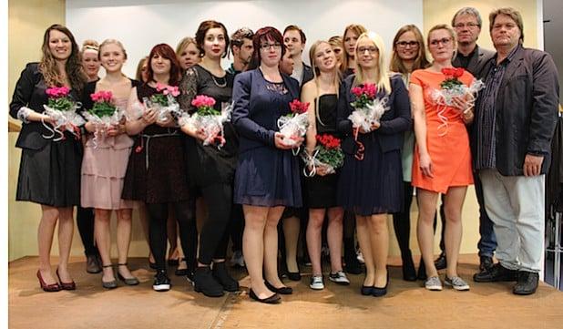 Kursleiter Martin Sieg und Schulleiter Frank Fehlauer (von rechts) gratulierten den Pflegeschülern der Diakonie in Südwestfalen mit kleinen Präsenten zum bestandenen Examen (Foto: Diakonie in Südwestfalen  gGmbH).