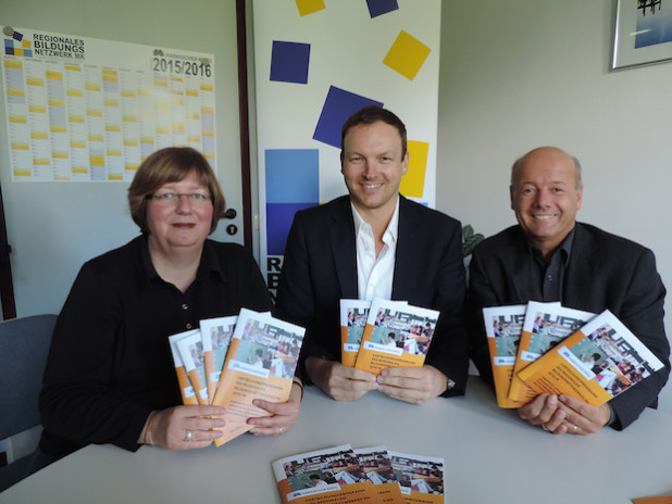 Anne Beck, Michael Czech und Uwe Benninghaus vom Regionalen Bildungsbüro stellen das neue Fortbildungsprogramm vor - Foto: C. Bittner/Märkischer Kreis.