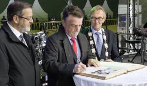 Minister Groschek in Letmathe – Eintrag ins Goldene Buch der Stadt Iserlohn