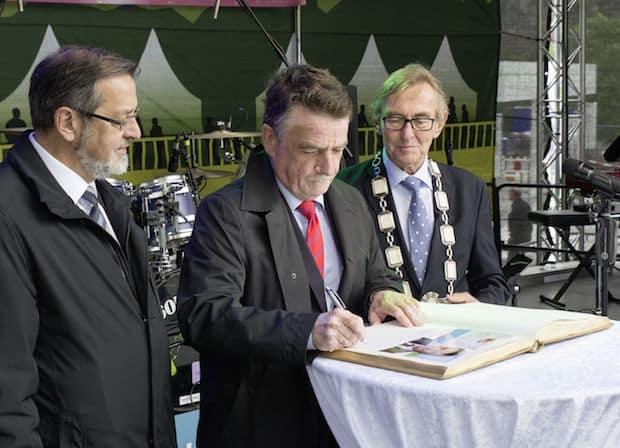 Photo of Minister Groschek in Letmathe – Eintrag ins Goldene Buch der Stadt Iserlohn
