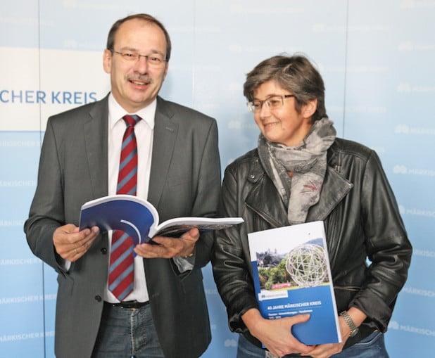 Landrat Thomas Gemke erhielt von Pressereferentin Ursula Erkens eines der ersten Exemplare des neuen Buches (Foto: Hendrik Klein/Märkischer Kreis).