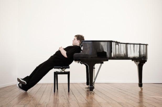 Wortkünstler und Pianist Matthias Reuter ist am 3. Oktober zu Gast im Otto-Reiffenrath-Haus. Zum Spielzeitauftakt gibt's für jeden Gast ein Gratisgetränk (Quelle: Gemeinde Neunkirchen)