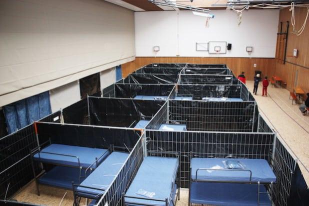 Notunterkunft Olpe: Blick in den noch nicht belegten Teil der Halle (Foto: Kreis Olpe).
