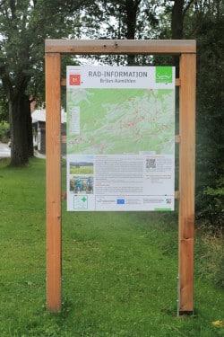 Informationstafeln zeigen den aktuellen Standort am Knotenpunkt mit Ortsnamen, Kartenausschnitt, einem Infotext und dem QR-Code sowie der nächstgelegenen Tourist-Information (Foto: Radnetz HSK).