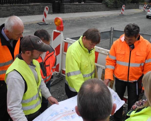 Im Rahmen eines Baustellenbesuchs machte Bürgermeister Christoph Ewers sich ein Bild vom Fortschritt der Bauarbeiten. Gleichzeitig wurde die Verkehrsführung für die kommenden Wochen erörtert und abgestimmt (Foto: Gemeinde Burbach).