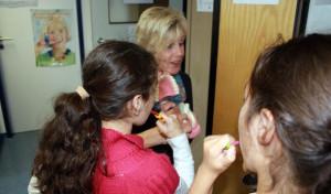 Zahnärzte-Team des Gesundheitsamtes besucht Fröbelschule