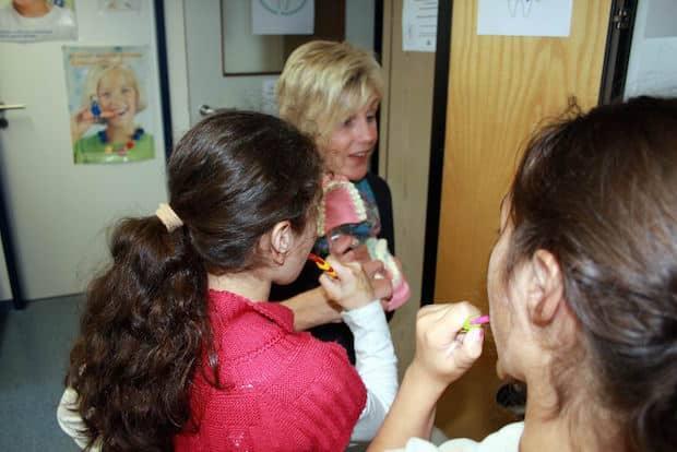 Photo of Zahnärzte-Team des Gesundheitsamtes besucht Fröbelschule
