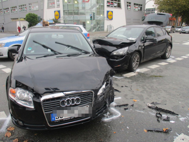 Die beiden Autos nach der Kollision - Foto: Kreispolizeibehörde Soest