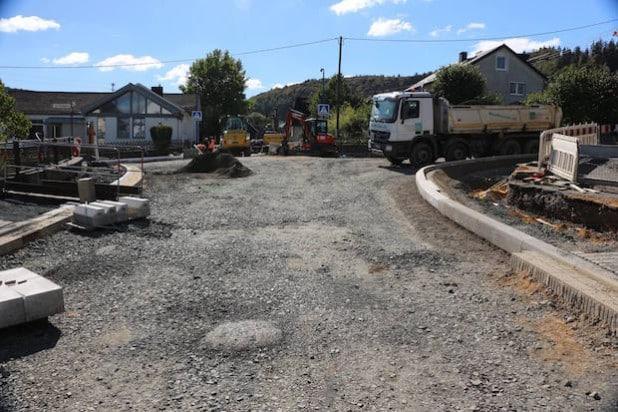 Die vorbereitenden Arbeiten für den Bau des Kreisverkehrs sind fast abgeschlossen. Ab Montag wird der Kreisverkehr dann gebaut. Über Umleitungsstrecken können auch die Geschäfte in Nieder- und Oberdresselndorf erreicht werden (Bild: Frank Lipke).