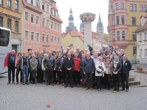 Das Foto zeigt die 44-köpfige Reisegruppe aus Finnentrop mit Verbandsgemeindebürgermeister Bernd Skrypek neben dem Hotel in Eisleben (Foto: Gemeinde Finnentrop).