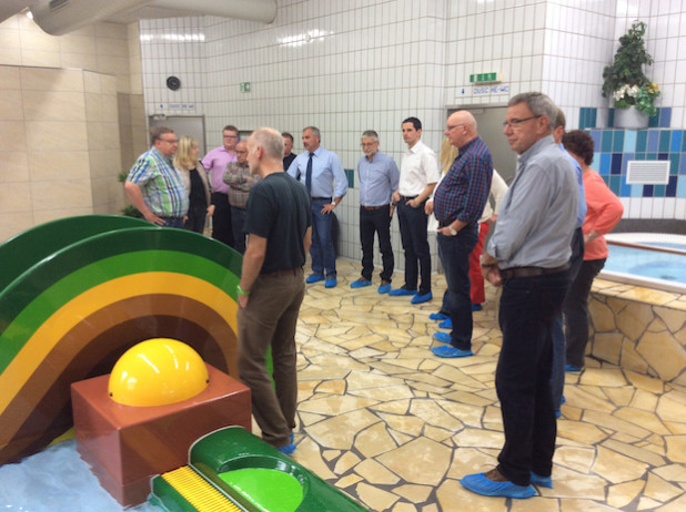 Der Ausschuss für Sport und Jugend der Hansestadt Attendorn informierte sich im Attendorner Hallenbad über die durchgeführten Baumaßnahmen (Foto: Hansestadt Attendorn).