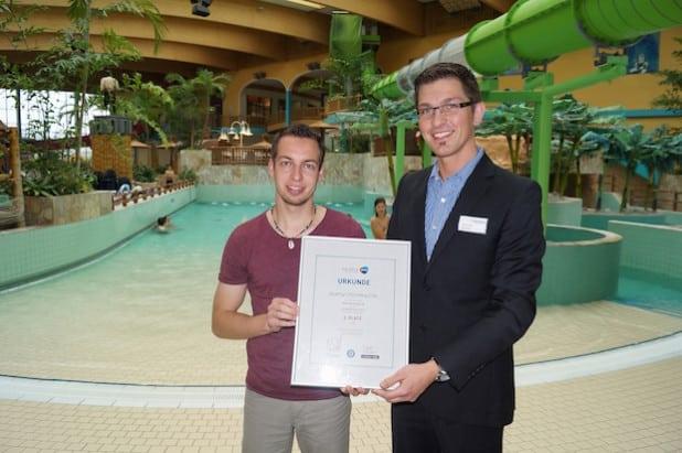 Für das AquaMagis-Team freuen sich: Tino Klein (Marketing) und Betriebsleiter Martin Roth (v.l.n.r.) - Foto: AquaMagis Plettenberg.
