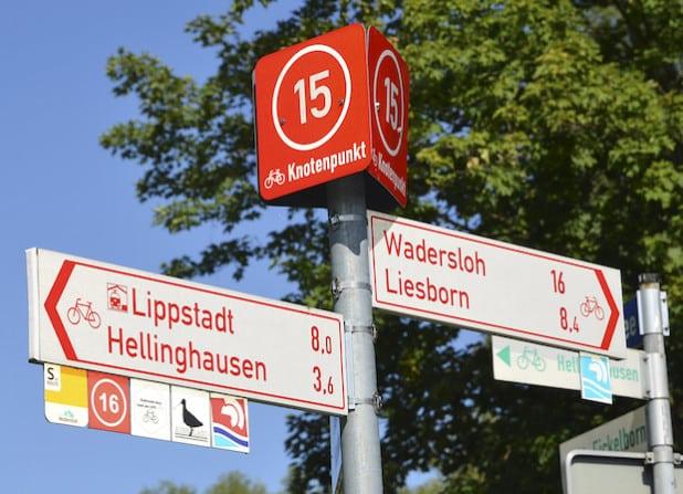 Die neue Knotenpunktbeschilderung im Radnetz des Kreises Soest. Hier der Knotenpunkt 15 in Lippstadt-Benninghausen (Foto: Stefan Hammeke/Kreis Soest).