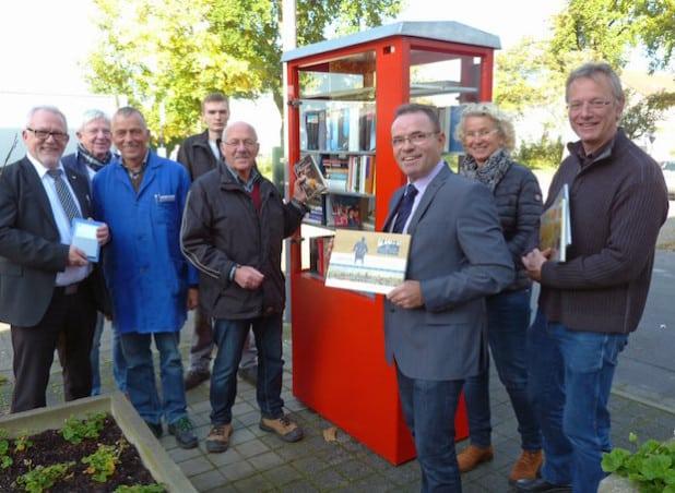 Das offene Bücherregal vor der Sparkasse an der Mastholter Straße in Lipperbruch wurde eingeweiht (Foto: Stadt Lippstadt).
