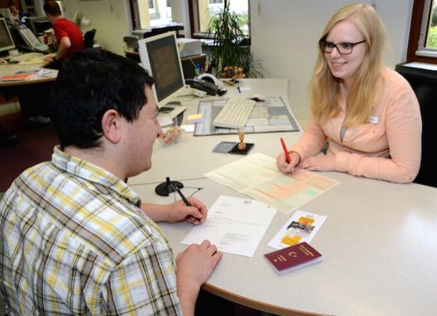 Christina Weber vom Bürgerservice im Gespräch mit einem Kunden (Symbolfoto: Judith Wedderwille/Pressestelle Kreis Soest).
