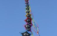 Farbtupfer über dem herbstlichen Möhnesee: Parade der Windvögel hebt ab