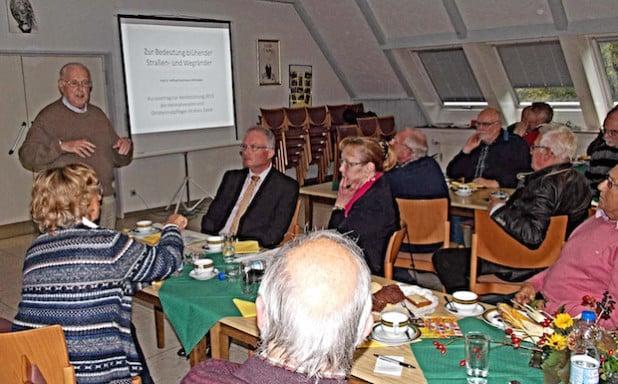 Professor Dr. Wilfried Stichmann erläuterte den Heimatpflegern sein Konzept über blühende Straßenböschungen und Wegeränder in der Gemeinde Möhnesee (Foto: Kreis Soest).