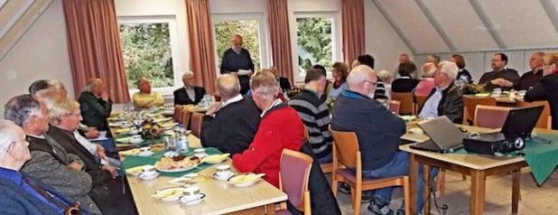Der Vorsitzende des Arbeitskreises für Heimatpflege im Kirchspiel Mühlheim, Peter Marx, begrüßte die Heimatpflegerinnen und Heimatpfleger des Kreises Soest zu ihrer Herbsttagung (Foto: Kreis Soest).