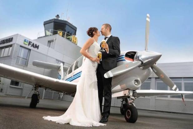Viele Flughäfen oder auch kleinere Flugplätze stellen heute ihre Gastronomie für das Hochzeitsfest zur Verfügung (Foto: djd/Brauerei C. & A. Veltins).