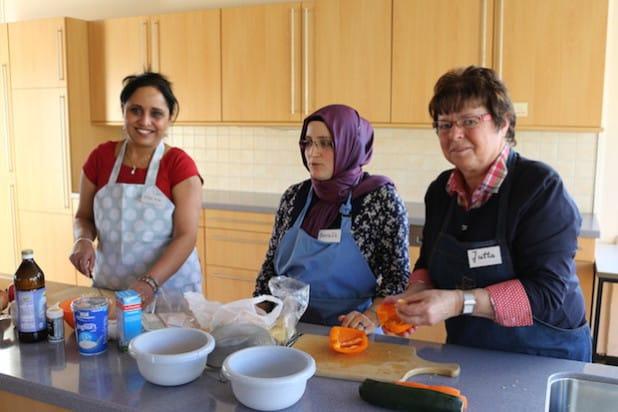 Bei der Zubereitung der leckeren Speisen arbeiten die Frauen aus unterschiedlichen Kulturkreisen Hand in Hand (Foto: Gemeinde Neunkirchen).