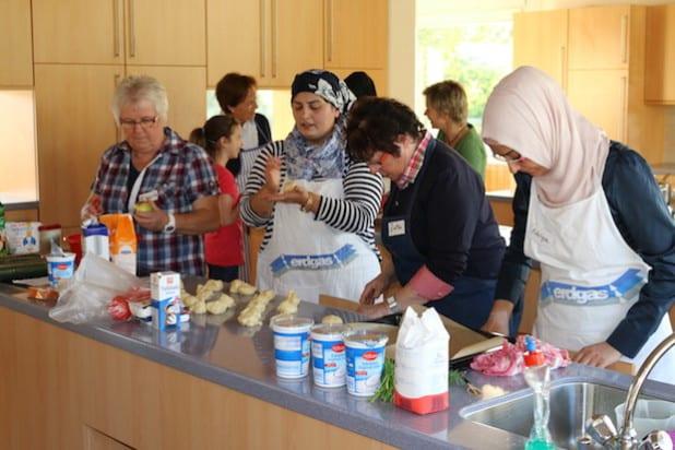 Die Freude am Backen und Kochen möchte die internationale Kochgruppe gern weitergeben. Aus diesem Grund wirkt sie an der Kinder & Jugend-Kulturwoche mit und lädt junge Hobbyköche und -köchinnen ab 8 Jahren zum Zubereiten türkischer Speisen ein (Foto: Gemeinde Neunkirchen).