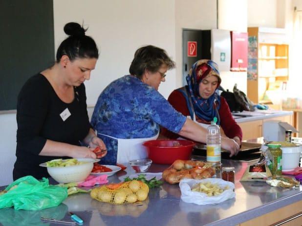 Die internationale Kochgruppe freut sich über neue Impulse: Wer gerne in netter Gesellschaft kocht, kann sich bei den Köchinnen melden (Foto: Gemeinde Neunkirchen).