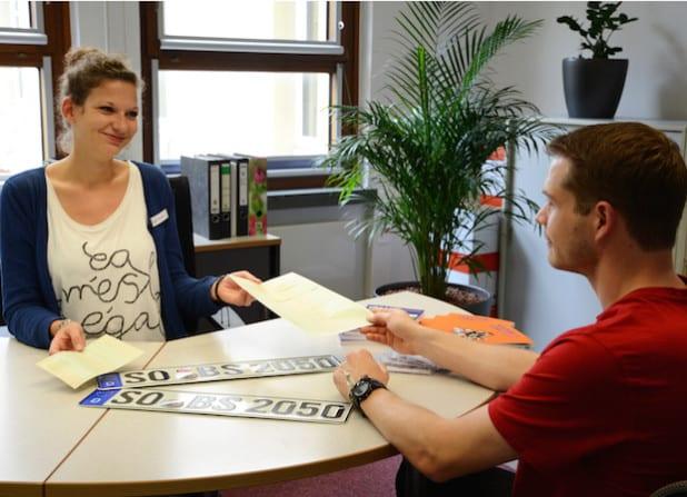 Eva Maria-Klute vom Bürgerservice im Gespräch mit einem Kunden (Symbolfoto: Judith Wedderwille/Pressestelle Kreis Soest).