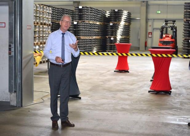 Wolfgang Krappe schneidet symbolisch das Band durch (Foto: M. Busch GmbH & Co. KG, Quelle: medienstatt GmbH).