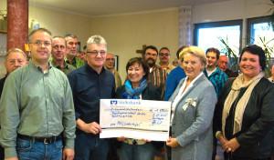 """MGV """"Liedertafel"""" Drolshagen übergibt 1.500 Euro für Flüchtlingshilfe"""