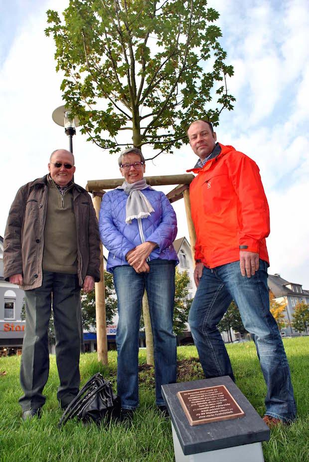 Die BIV Meschede hat der Stadt Meschede einen Ahornbaum gestiftet: Johann Wefelnberg und Rosi Spec von der BIV (v.li.) übergaben das Gehölz jetzt an Marc Böhm, Leiter des IBB (Foto: Stadt Meschede).