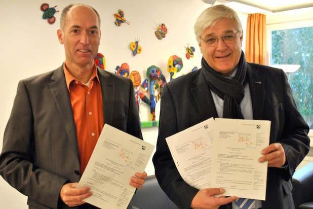 Freude über 1,83 Mio. Euro Fördermittel für wichtige Zukunftsprojekte: Bürgermeister Uli Hess (re.) und Fachbereichsleiter Klaus Wahle (Foto: Stadt Meschede).