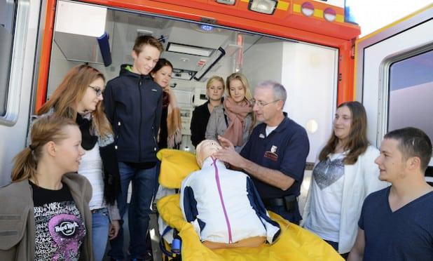 Hans-Peter Trilling, Ärztlicher Leiter des Rettungsdienstes des Kreises Soest, demonstrierte interessierten Schülerinnen und Schülern, wie man Leben rettet (Foto: Thomas Weinstock/Kreis Soest).