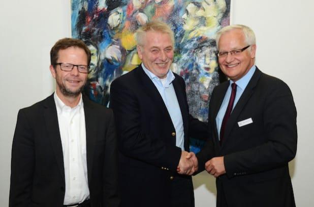 Kreisdirektor Dirk Lönnecke besprach mit Einrichtungsleiter Heinz Heineke und MHD-Geschäftsführer Siegfried Krix (von rechts) letzte Einzelheiten zur Übergabe des Betriebs der Notunterkunft (Foto: Franca Großevollmer/Kreis Soest).