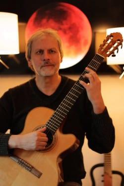 """Eddie Nünning, Initiator und Produzent der """"Songs for quiet Nights,"""" an seinem bevorzugten Instrument, der Gitarre (Foto: Soundressort)."""