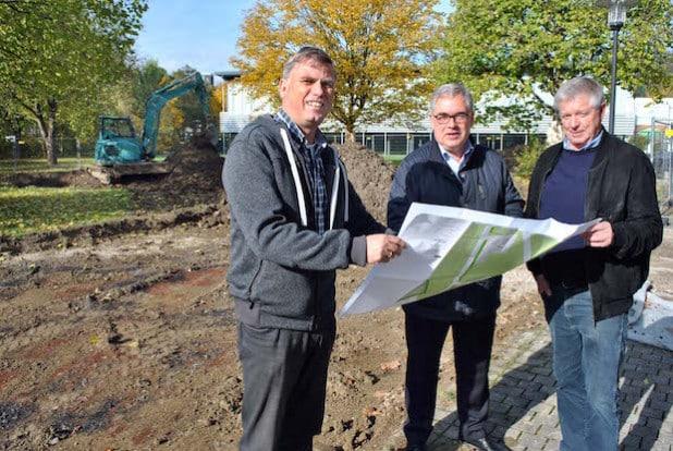 Die Bauarbeiten am künftigen Generationenpark haben begonnen: Thomas Rösen (li.) und Ferdi Grosche (re.) vom Fachbereich Bauen und Stadtentwicklung mit Bürgermeister Wolfgang Fischer (Foto: Stadt Olsberg).