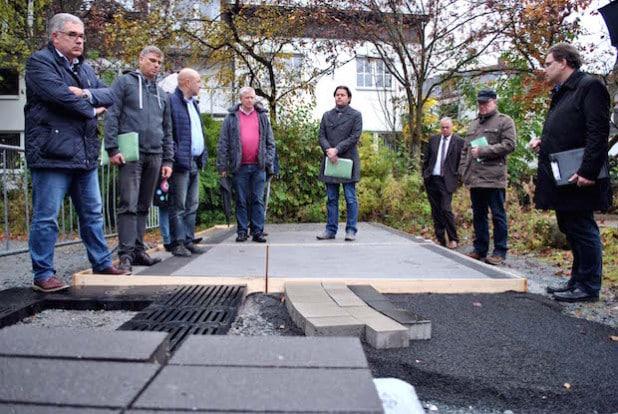 Anhand einer Musterfläche informierte sich jetzt die Olsberger Baukommission über mögliche Pflasterungen für die Olsberger Innenstadt (Foto: Stadt Olsberg).
