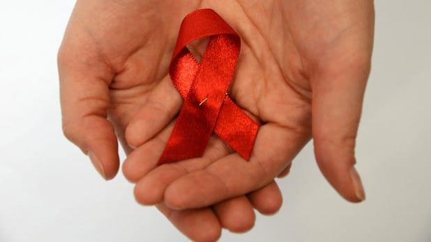 Die Rote Schleife ist weltweit ein Symbol der Solidarität mit HIV-Infizierten und Aids-Kranken (Foto: Judith Wedderwille).