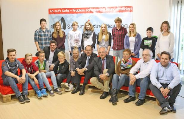 """Landrat Thomas Gemke und Neuenrades Bürgermeister Antonius Wiesemann (Mitte) nahmen auch auf dem """"Roten Sofa"""" Platz (Foto: Hendrik Klein/Märkischer Kreis)."""