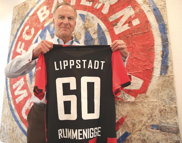 """Weiterhin eng mit seiner Heimatstadt Lippstadt verbunden: Karl-Heinz Rummenigge mit """"Geburtstagstrikot"""" vom SV Lippstadt 08 (Foto: FC Bayern München AG)."""