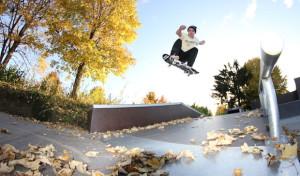 Sport verbindet: Gemeinsam im Park Skateboard fahren