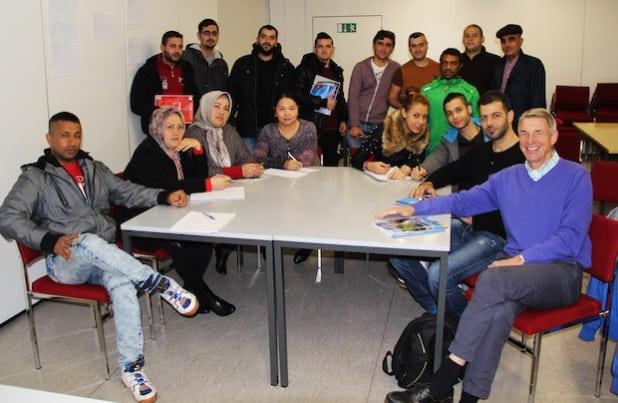 Teilnehmer und Teilnehmerinnen aus verschiedenen Nationen machen sich gemeinsam mit ihrem Kursleiter Heribert Kick (vorne, r.) auf den Weg, die Sprach- und Kulturwelt Deutschlands zu entdecken (Foto: Stadt Geseke).